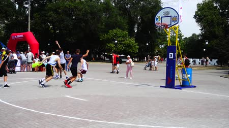 basketbal : OEKRA�NE, BERDYANSK - 6 JULI 2019: Openbare competities in Streetball. Slow motion.