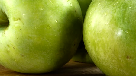 placa de corte : Apples on a black background. Cutting board in the movement. Stock Footage