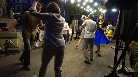 sierpien : LVIV, UKRAINE - AUGUST 25, 2019: Unknown people dance the twist dance in the summer evening. Wideo