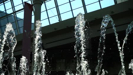 pulverização : Fountain jets in the mall. Slow motion. Stock Footage