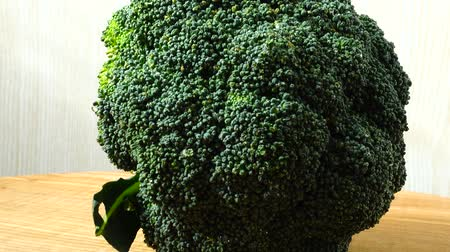 brocoli : Schieten van broccoli in de beweging. Cuttig bord.