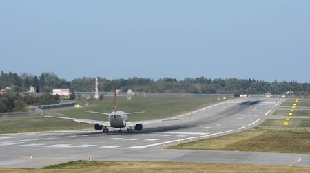 aeroespaço : Runway at the airport. Aircraft take-off.