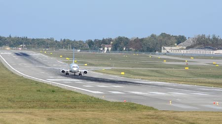 фюзеляж : The runway at the airport. Preparing the aircraft for takeoff.