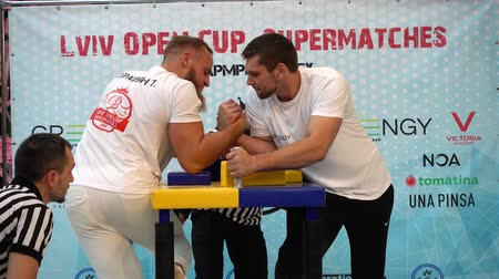 oposição : LVIV, UKRAINE - SEPTEMBER 29, 2019: Participants of a tournament on Arm wrestling Lviv Open Cup Supermatches.