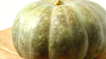 vegetarianismo : Pumpkin on a kitchen board. Shooting in the movement. Vídeos