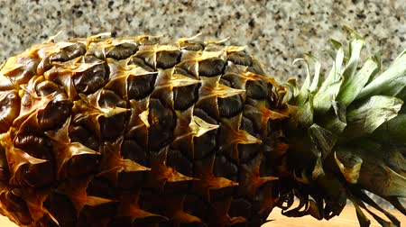 vegetarianismo : Pineapple, shooting in the movement. Healthy food.