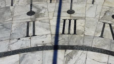 romeinse cijfers : Sundial. Shooting in the summer. Time lapse.