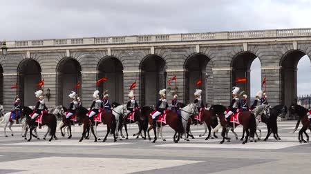 trombeta : MADRID, SPAIN - APRIL 04, 2018: The ceremony of the Solemn Changing of the Guard at the Royal Palace of Madrid. That is famous event was performed on the first Wednesday of each month.