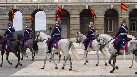 церемония : MADRID, SPAIN - APRIL 04, 2018: The ceremony of the Solemn Changing of the Guard at the Royal Palace of Madrid. That is famous event was performed on the first Wednesday of each month.