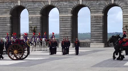 trąbka : MADRID, SPAIN - APRIL 04, 2018: The ceremony of the Solemn Changing of the Guard at the Royal Palace of Madrid. That is famous event was performed on the first Wednesday of each month.