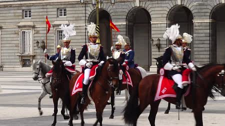 průvod : MADRID, SPAIN - APRIL 04, 2018: The ceremony of the Solemn Changing of the Guard at the Royal Palace of Madrid. That is famous event was performed on the first Wednesday of each month.
