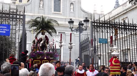chrześcijaństwo : MADRID, SPAIN - MARCH 25, 2018: The celebrations of the Holy Week in Madrid, began at the Cathedral of La Almudena with the solemn Mass of the Palm Trees, with the blessing of the palms and the bouquets.