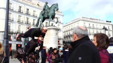 известное место : MADRID, SPAIN - MARCH 25, 2018: Mime artist at Puerta del Sol Square. The Puerta del Sol is a public square in Madrid, one of the best known and busiest places in the city. Стоковые видеозаписи