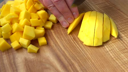 bıçaklar : The cook cuts pieces of mango.