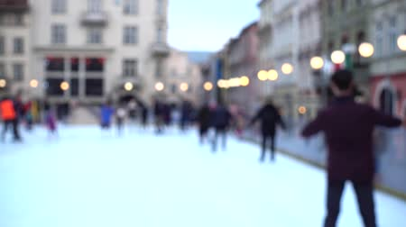неизвестный : Unknown people skate in the square of the city. Out of focus. Стоковые видеозаписи
