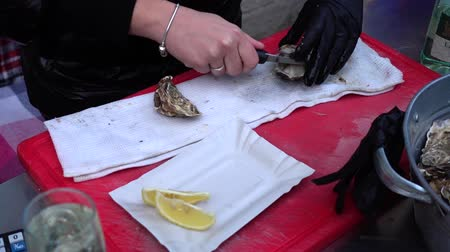 открывашка : Oyster sale on the city street.