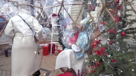 klauzule : LVIV, UKRAINE - DECEMBER 15, 2019: Christmas meetings of children with St. Nicholas in the square of the city. Dostupné videozáznamy