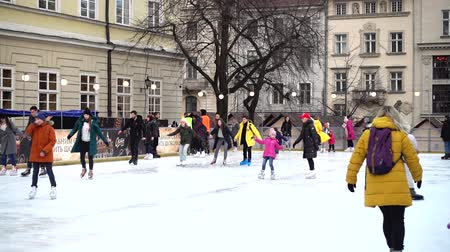 bilinmeyen : LVIV, UKRAINE - DECEMBER 15, 2019: Unknown people skate in the square of the city.