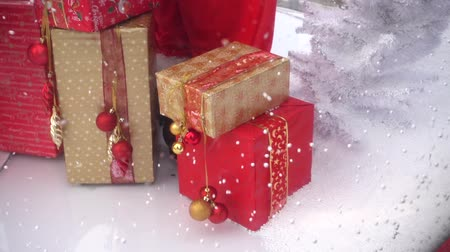 Навидад : Christmas presents and tree on snow background. Slow motion. Стоковые видеозаписи
