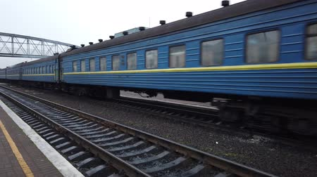 платформа : LVIV, UKRAINE - DECEMBER 21, 2019: Shooting of the train. Shooting at the Ukrainian railway station. Стоковые видеозаписи