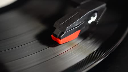 ouvir : Vinyl record player. Needle on a vinyl record.