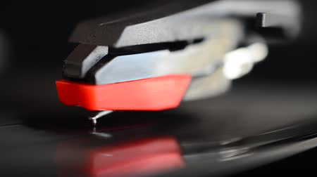 antiquado : Vinyl record player. Needle on a vinyl record.