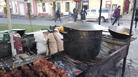 fogueira : IVANO-FRANKIVSK, UKRAINE - JANUARY 7, 2020: Process of compote preparation on fire.