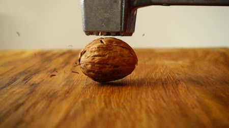 rachado : Walnut Cracking. The slow motion.