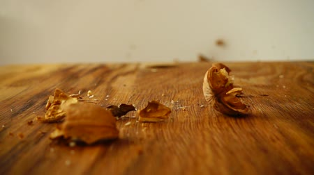 celý : Walnut Cracking. The slow motion.