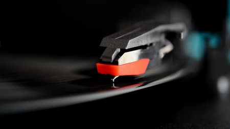 grammofono : Vinyl record player. Needle on a vinyl record.