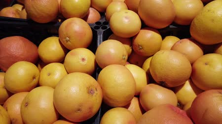 nedvdús : Oranges and persimmons in the store.