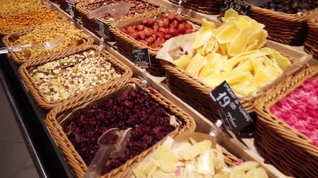 cukrozott : Dried fruit and nuts in the store.