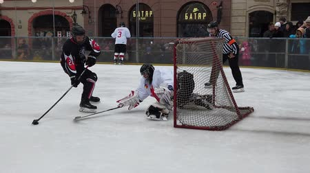 savunma oyuncusu : LVIV, UKRAINE - FEBRUARY 23, 2020: The hockey match between representatives of the armed forces of Canada and the hockey team Halytski Levy in Lviv.