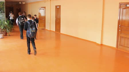 gidip : Pupil at the school go along the corridor after the lessons