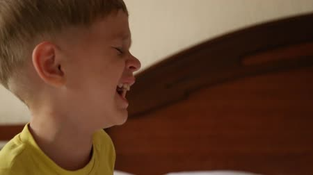 poduszka : Little boy trying to wake up, and he does not want to wake up, he cries