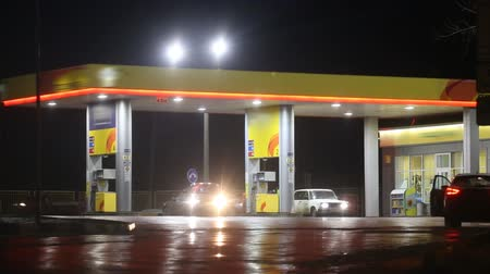 conveniente : Petrol station serving customers at night Stock Footage
