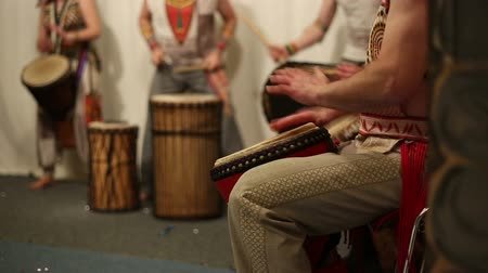 instrumentos : Musical group plays ethnic drums djembe, master class professional