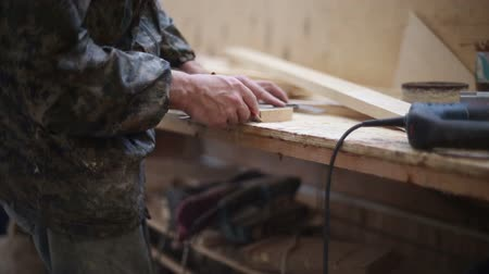 ołówek : The carpenter measures with a ruler and pencil making marks on a wooden bar in a carpentry workshop Wideo