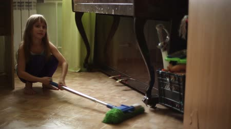 házimunkát : The girl refuses to help parents to do housework, clean the floors of the house
