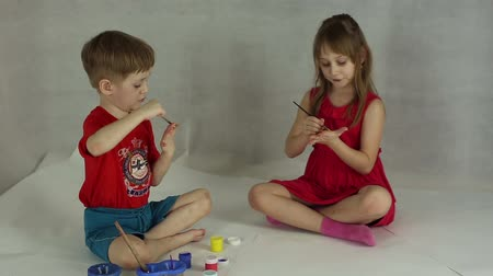 гуашь : Children draw on paper with brushes and gouache, they smear palm paint
