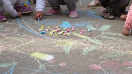asfalto : Children draw pictures with colored chalk on the asphalt Vídeos