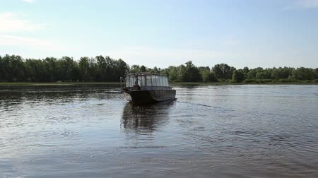 lancha : Motor boat for passengers leaves from the banks of the river Vídeos