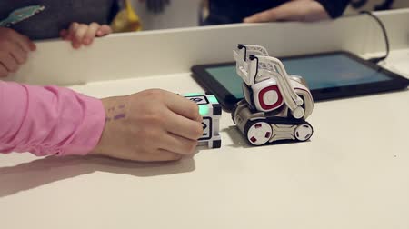 fejlesztés : Kids playing with robot, development game reaction