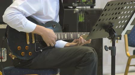 estréia : Pressing chords on electric guitar playing close-up 4k. Musician performs solo jazz concert Vídeos