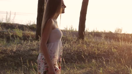 boso : Girl in white dress walk barefoot on hot summer grass Wideo