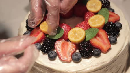 tarta de queso : Berry Strawberry Cake Decoration Full HD Archivo de Video