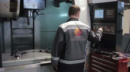 mérnök : Male Engineer Operating CNC Machinery On Factory Floor