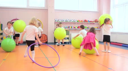 przedszkole : Group of kids having fun in kindergarten