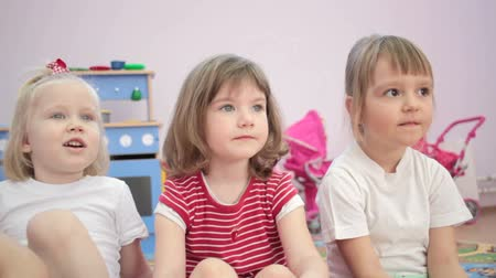 капелька : Children watch in the kindergarten