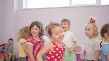 smích : Kids playing running around dancing in kindergarten and laughter